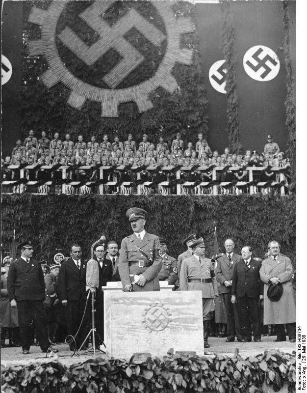Хитлер полага първия камък на завода на Фолксваген във Волфсбург